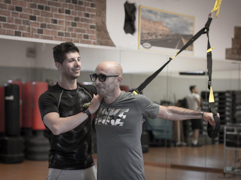 Alessio personal trainer padova e dolo TRX posizione di stretching personal trainer professionista